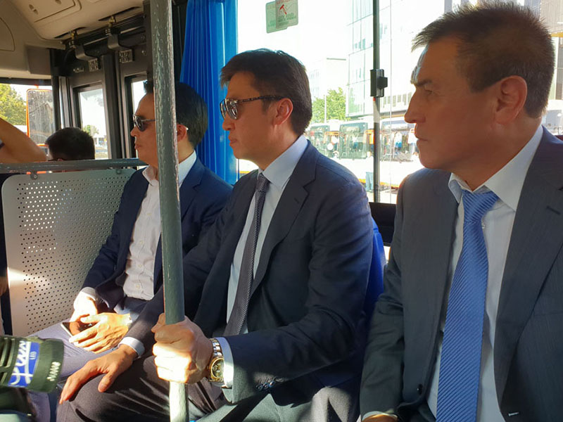 Аким Шымкента проверил на себе новые автобусы для отдаленных микрорайонов