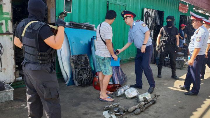 В Шымкенте 37 продавцов рынка автозапчастей доставили в отдел полиции