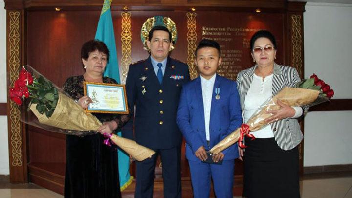 Шымкентский школьник получил медаль от министра внутренних дел