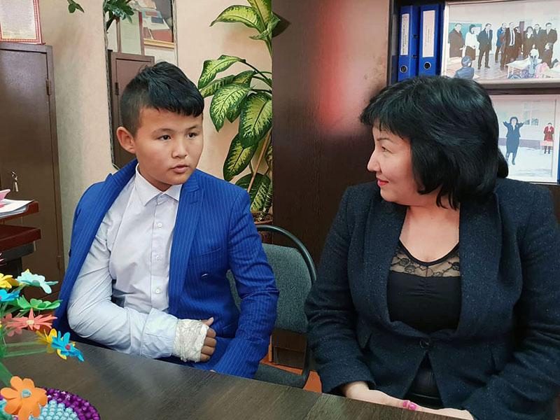 В Шымкенте чествуют школьника, который спас двоих детей