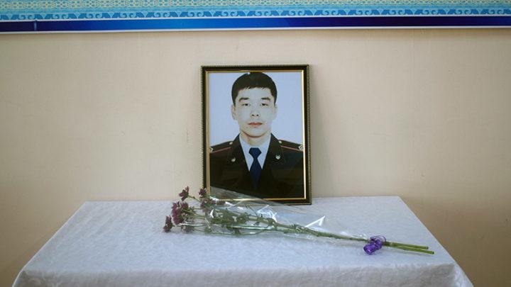 Память полицейского, спасшего женщину из воды, почтили его коллеги Туркестанской области