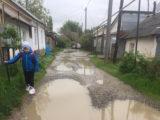 С пакетами на ногах ходят в школу дети в Шымкенте