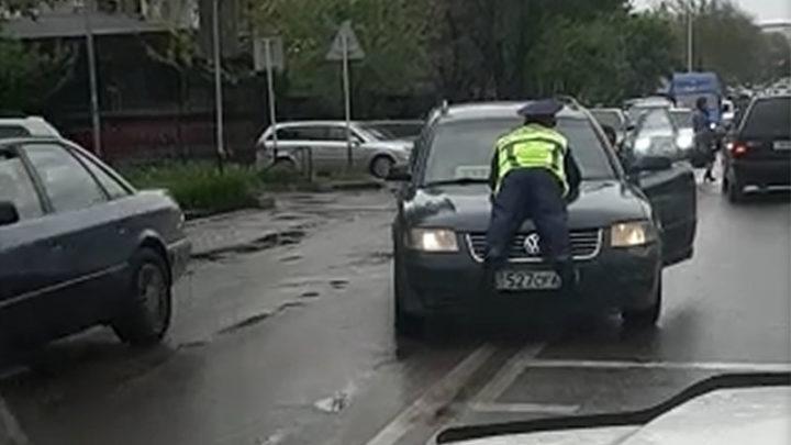 В Шымкенте водитель за «катание» полицейского на капоте выплатит штраф