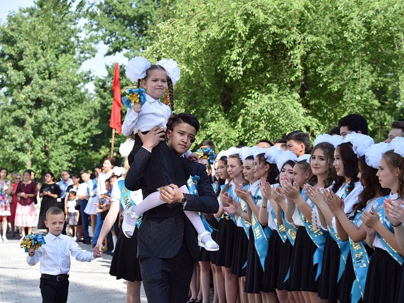 Провести выпускной в школах без дорогих застолий и платьев предложила министр образования и науки РК