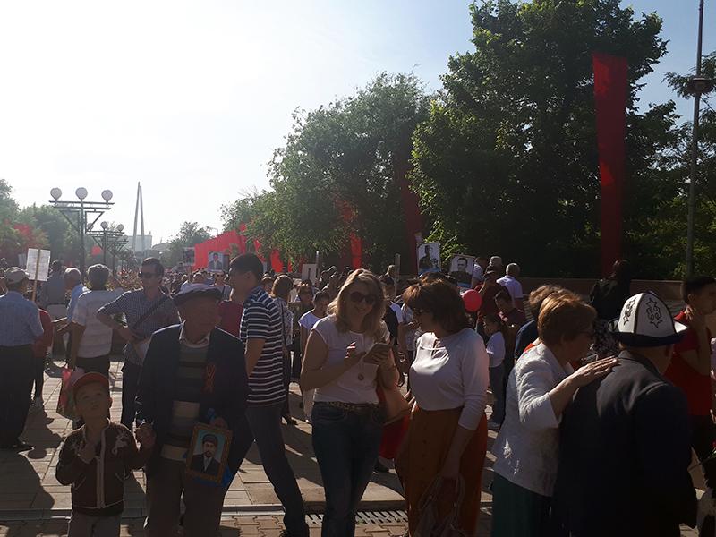 В Шымкенте прошло сразу два шествия с фотографиями погибших фронтовиков