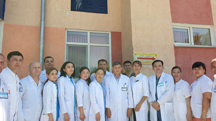 В память о хирурге Мади Бегалиеве в Шымкенте открыли мемориальную доску