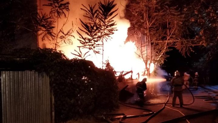 В Шымкенте горел жилой дом барачного типа