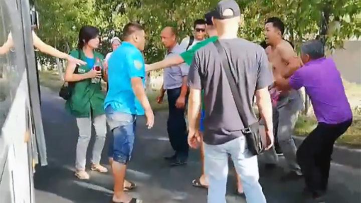 Водители автобусов подрались из-за дороги в Шымкенте