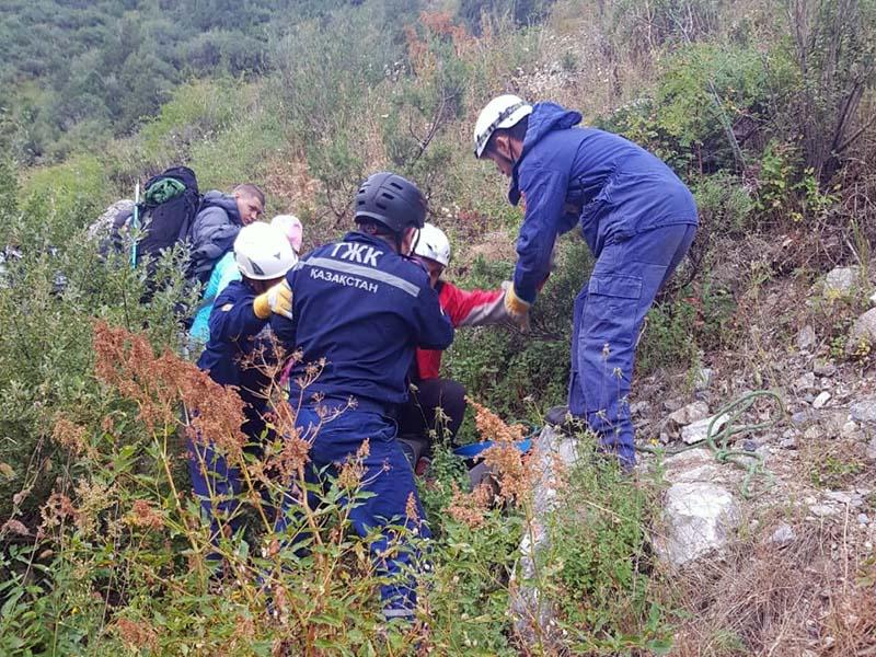 Парня с приступом астмы спустили с гор спасатели Шымкента