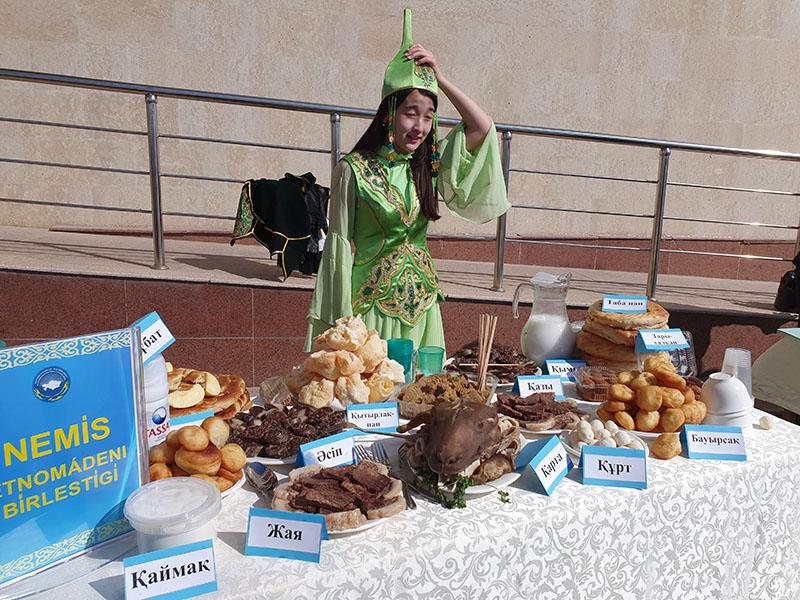 11 дастарханов с казахскими национальными блюдами накрыли в Шымкенте