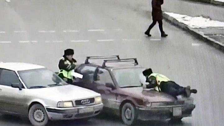 Полицейского Шымкента нарушитель протащил на капоте