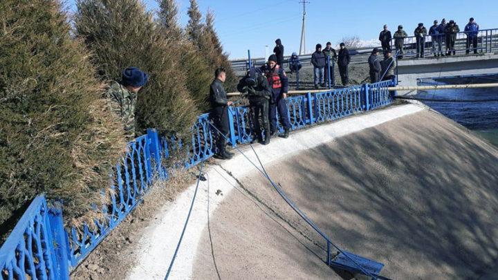 Неделю спасатели искали тело мужчины, который упал с машиной в канал в Туркестанской области