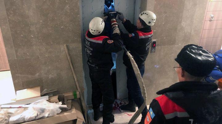 7 человек спасли из лифта в Шымкенте