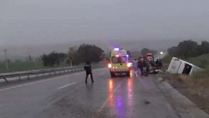 Автобус с пассажирами перевернулся на трассе в Туркестанской области