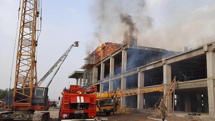 Кровля недостроенного терминала шымкентского аэропорта загорелась утром