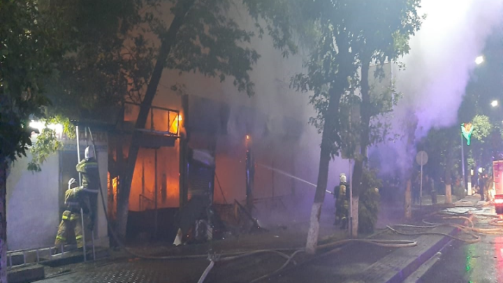 Из-за пожара в бургерной эвакуировали жителей многоэтажки в Шымкенте