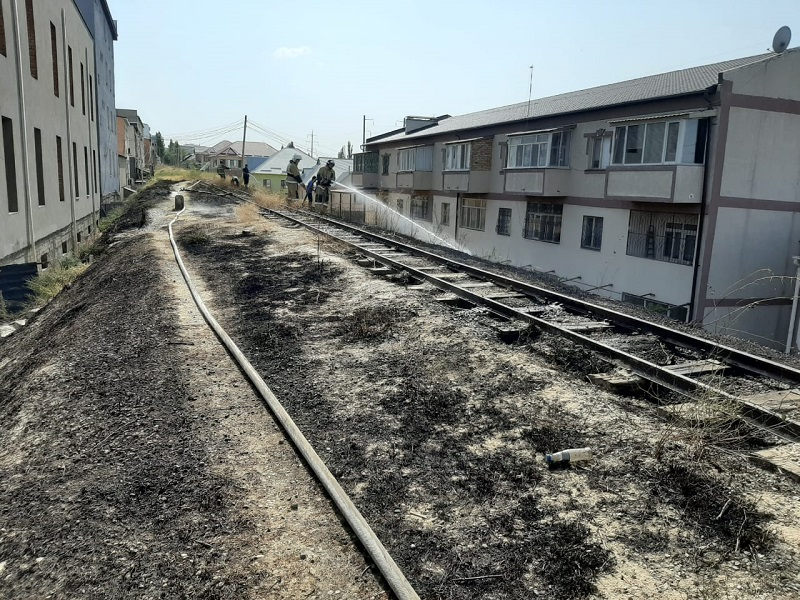Опасность была в том, что рядом с местом возгорания расположены дома и различные строения, и огонь мог перекинуться на них.