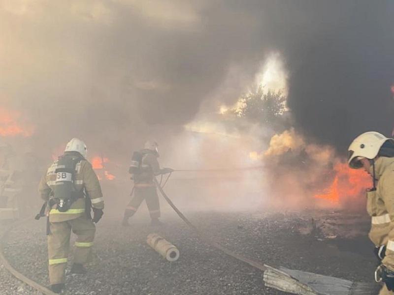 Пожар произошел во дворе дома в Шымкенте
