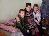 Женщина с двумя детьми нуждается в помощи