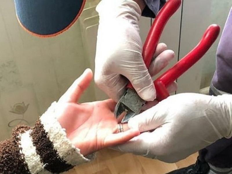 Жительницу Шымкента спасли от серебряного кольца