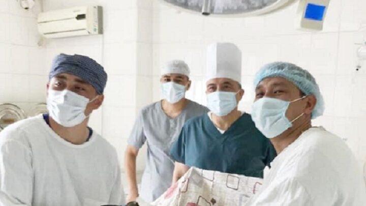 Пациенту удалили опухоль без разрезов врачи Шымкента
