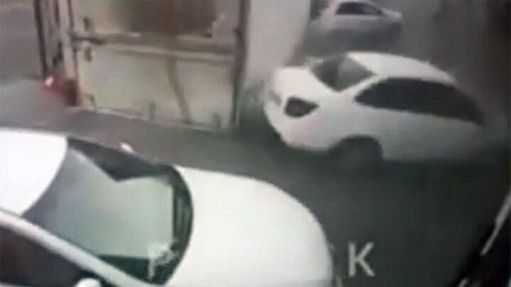 Штраф или лишение прав грозит водителю грузовика, прицеп которого опрокинулся на машины в Шымкенте