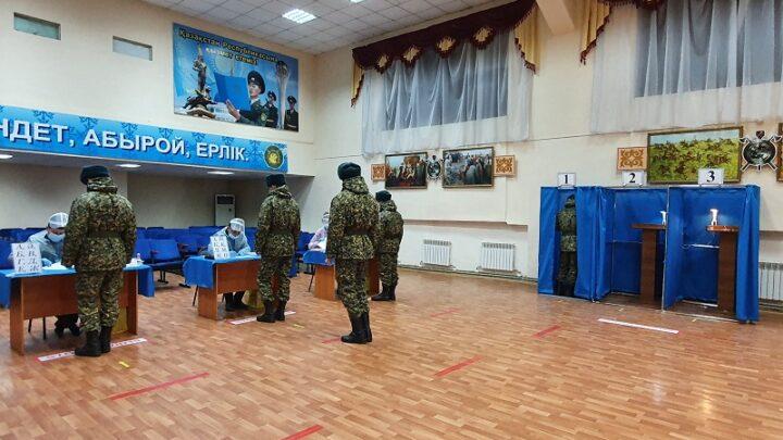 Раньше всех в Шымкенте начали голосовать срочники в/ч 6506