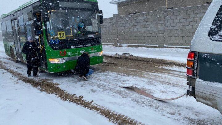 Снегопад оставил Шымкент без электричества, а Туркестанскую область без дорог