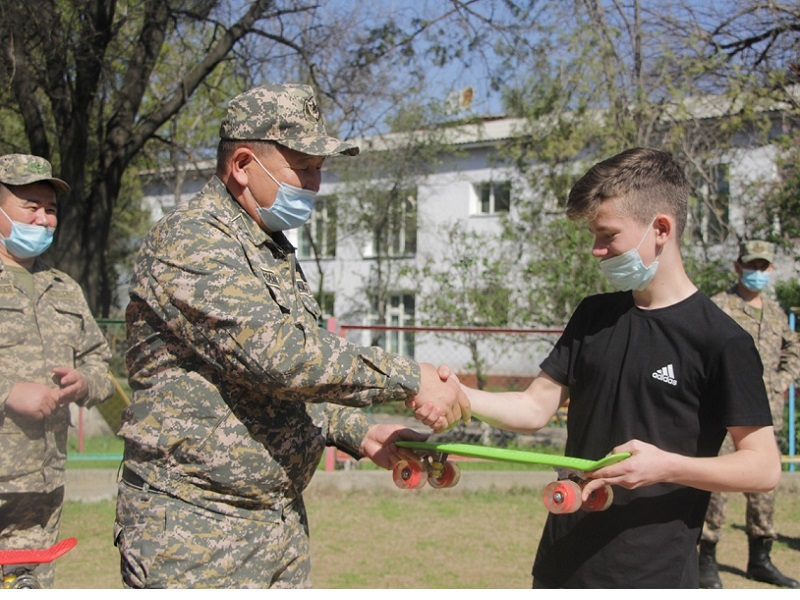 Военнослужащие помогают ребятам из детского дома Шымкента