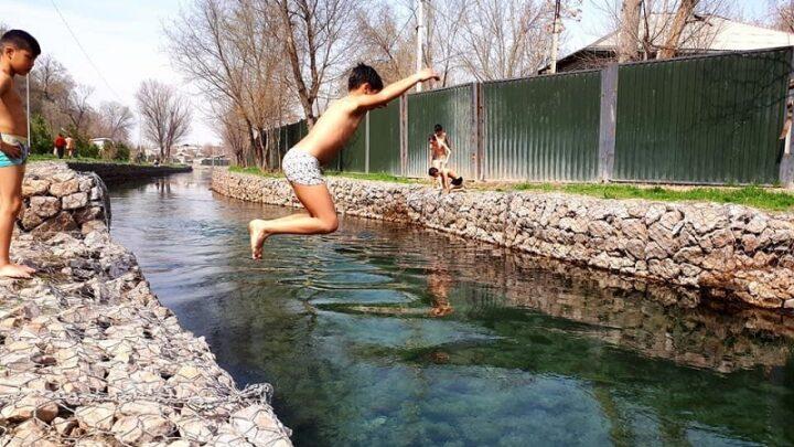 Без присмотра не оставлять детей у воды просят спасатели