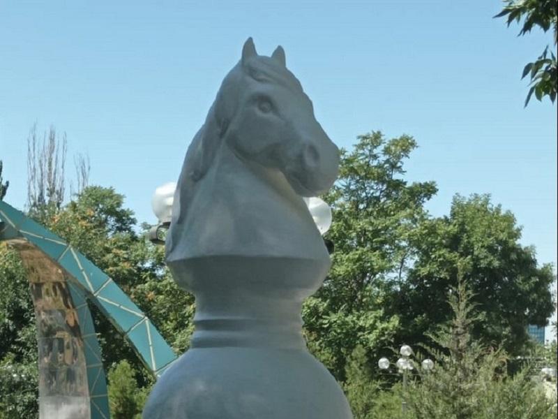 В Шымкенте 4 тонный «Шахматный конь» появился в «Центральном парке»