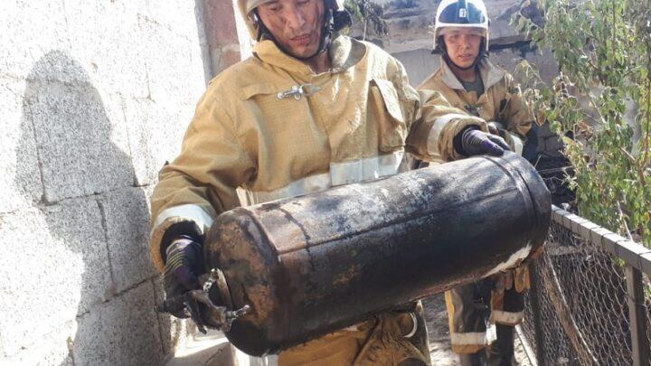 Пожарные Шымкента спасли семью от взрыва газового баллона