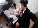 В нечестной работе заподзрили благотворительный фонд «Дети – наше будущее», сообщает vera.kz Работой фонда разочарована Гульнара Мадалиева. Она одна воспитывает 17-летнюю Назилу Хасанову. У девушки несколько лет назад начались проблемы с почками, 4 года она живет с диагнозом «хроническая почечная недостаточность 5 стадии» и только благодаря гемодиализу. Два года назад мама девушки обратилась в благотворительный фонд «Дети-наше будущее» для сбора средств на операцию. Дело в том, что из-за возраста 15-летнюю Назилу шымкентские врачи оперировать не могли, трансплантацию готовы были сделать алматинские врачи на платной основе. Вот только на это у семьи не было денег, поэтому и пришлось обратиться к благотворительному фонду. «Через год, то есть в сентябре 2020 года мы с дочкой пришли в их офис. Руководитель Талгат Канатович Дуйемуратов поглядел мне в глаза и сказал, что забыл про меня и дочь. Я была просто в ужасе. Как так? Я ведь надеялась на них. Вот уже третий год от фонда нет никаких новостей. За это время даже звонка не было, жива ли моя дочь. Состояние Назилы не очень хорошее. За последний год она потеряла своих подружек, у которых был такой же диагноз», - со слезами рассказывает Гульнара. В день обращения в этот благотворительный фонд мама девушке предоставила все запрашиваемые ими документы, чтобы открыть сбор на операцию. Это и результаты диагностических исследований, и историю болезни. Гульнара рассказывает, что деньги планировали собирать с помощью волонтеров, которые ходили с урнами по улицам города, общественном транспорте, по организациям и предприятиям. Однако, никакой помощи от фонда семья так и не получила, а только потеряла время. Теперь женщина написала заявление в полицию, подозревая, что благотворители и не собирались помогать ее дочери, а деньги с жителей города собирали для других нужд. «Я прошу со слезами на глазах наказать этих нелюдей по всей строгости закона. Потому что эти бессовестные люди обещали помочь моей дочери, глядя ей в глазаю. Они го