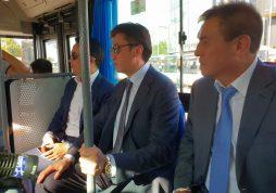 Аким Шымкента проверил на себе новые автобусы для отдаленных микрорайонов.