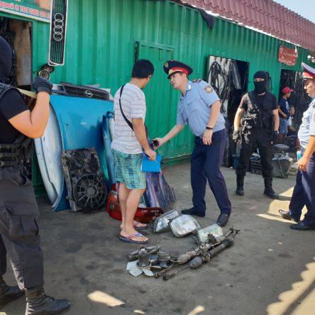 В Шымкенте 37 продавцов рынка автозапчастей доставили в отдел полиции.
